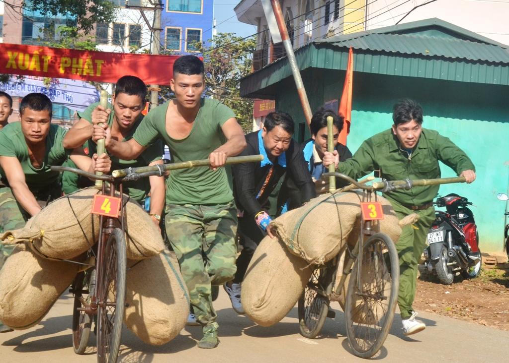 Điện Biên: Người dân, du khách cùng trải nghiệm hoạt động xe đạp thồ tại Lễ hội Hoa Ban