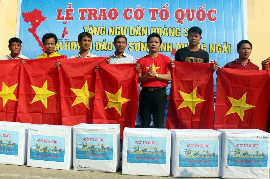 Quảng Ngãi: Trao 3000 lá cờ Tổ quốc cho ngư dân Lý Sơn