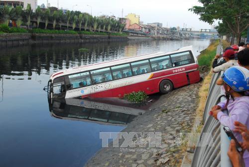 Xe khách lao xuống kênh, tài xế và phụ xe phá cửa thoát thân