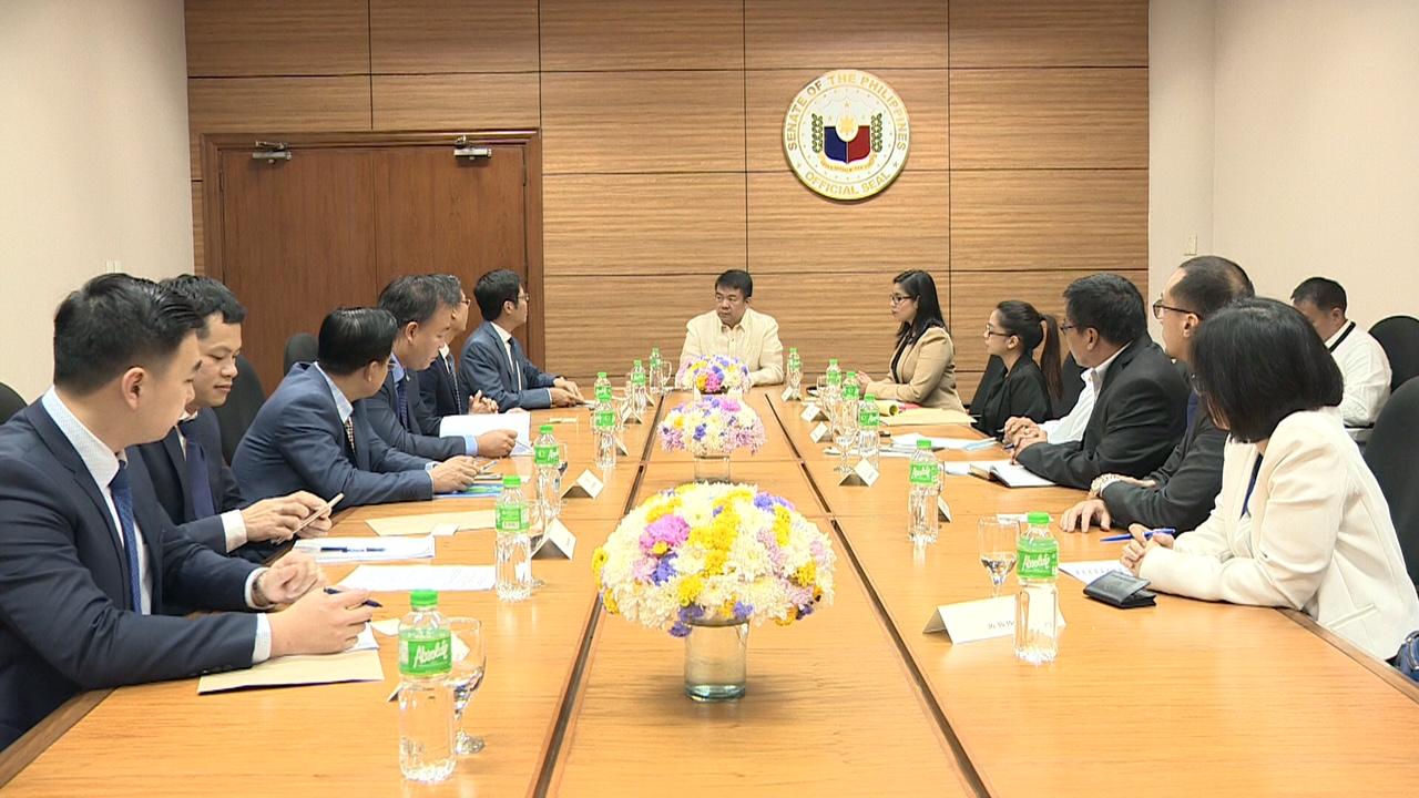 """Bộ trưởng Bộ Công Thương Trần Tuấn Anh hội kiến với Ngài Aquilino """"Koko"""" Pimentel III, Chủ tịch Thượng viện Phi-líp-pin"""