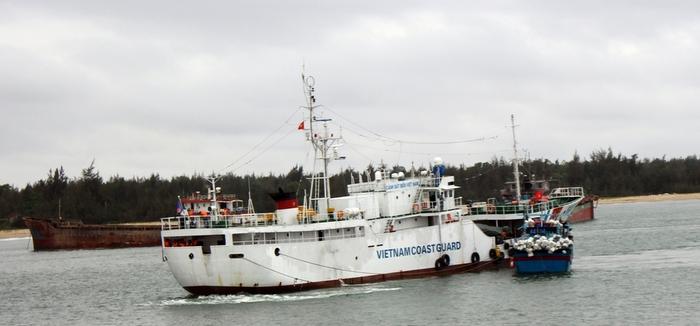 Lai dắt tàu cá cùng 10 ngư dân gặp nạn trên biển an toàn