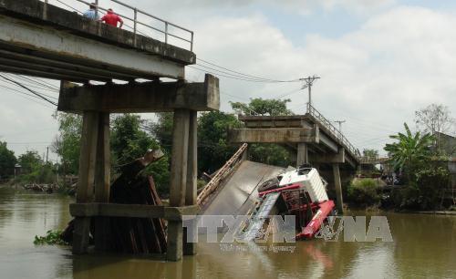 Đồng Tháp: Xe quá tải làm sập cầu Kinh Nhất, hai người rơi xuống sông