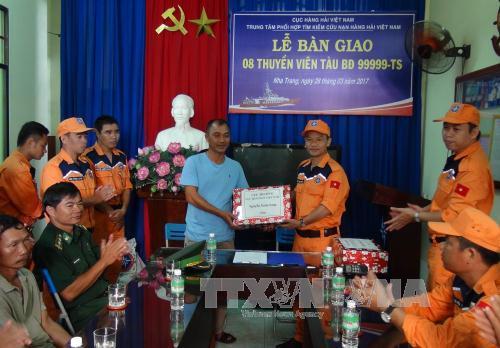 Lai dắt thành công tàu cá vỏ thép cùng 8 ngư dân gặp nạn về cảng Nha Trang