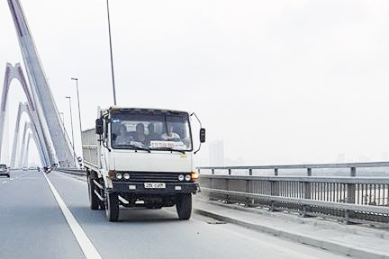 Yêu cầu xác minh, xử lý nghiêm xe tải đi ngược chiều trên cầu Nhật Tân