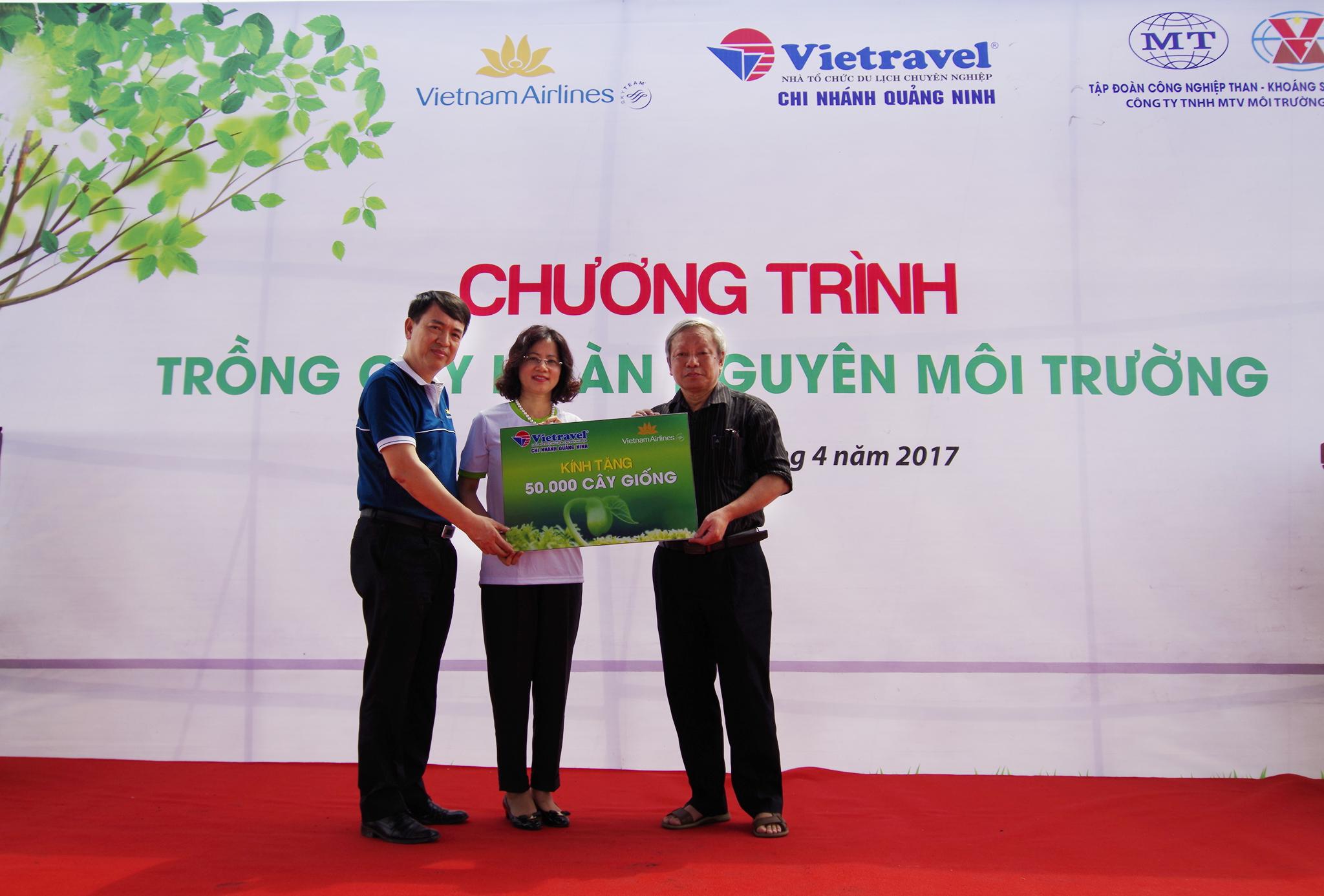 Vietnam Airlines và Vietravel tặng 50.000 cây giống keo gai cho Quảng Ninh
