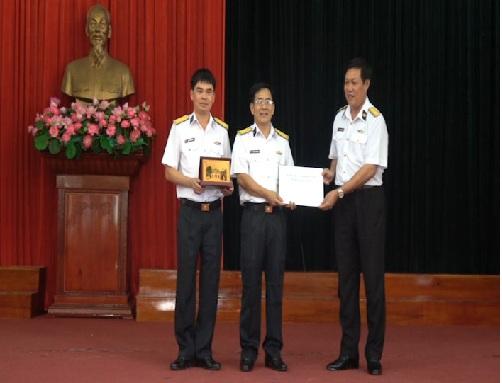 Đoàn công tác tỉnh Hưng Yên thăm và tặng quà Lữ đoàn tàu ngầm 189