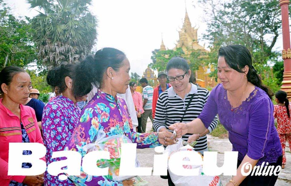 Tặng 80 suất quà cho phụ nữ Khmer nghèo