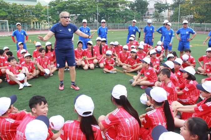 Đưa bóng đá tới trẻ em có hoàn cảnh đặc biệt