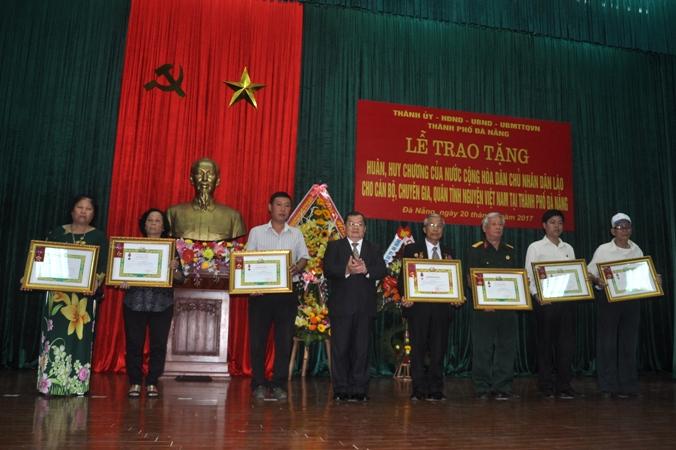 Trao tặng Huân, Huy chương của nước CHDCND Lào cho quân tình nguyện Việt Nam