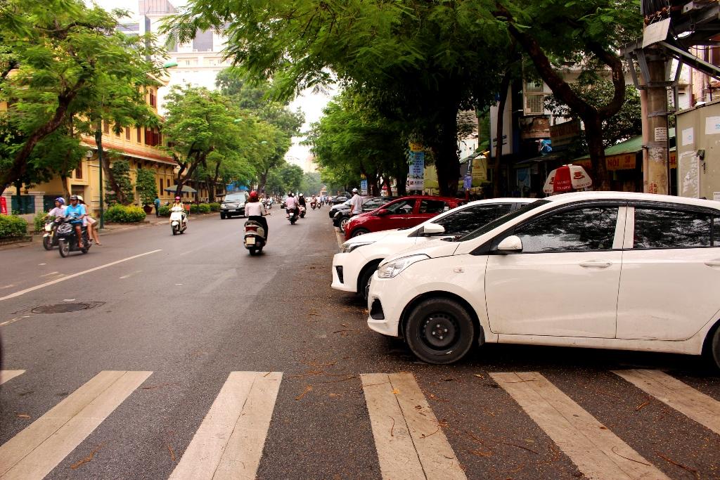 Hà Nội: Có nên cấp phép thêm điểm đỗ xe dưới lòng đường?