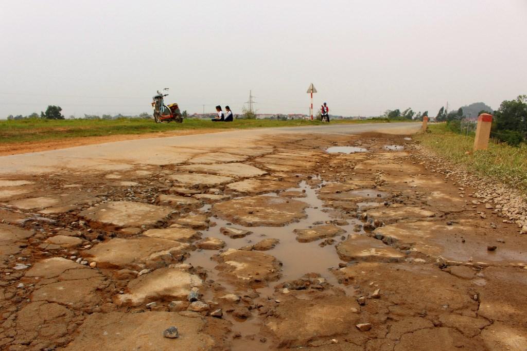 Nhiều nguy cơ tiềm ẩn từ xe quá tải ở Quốc Oai