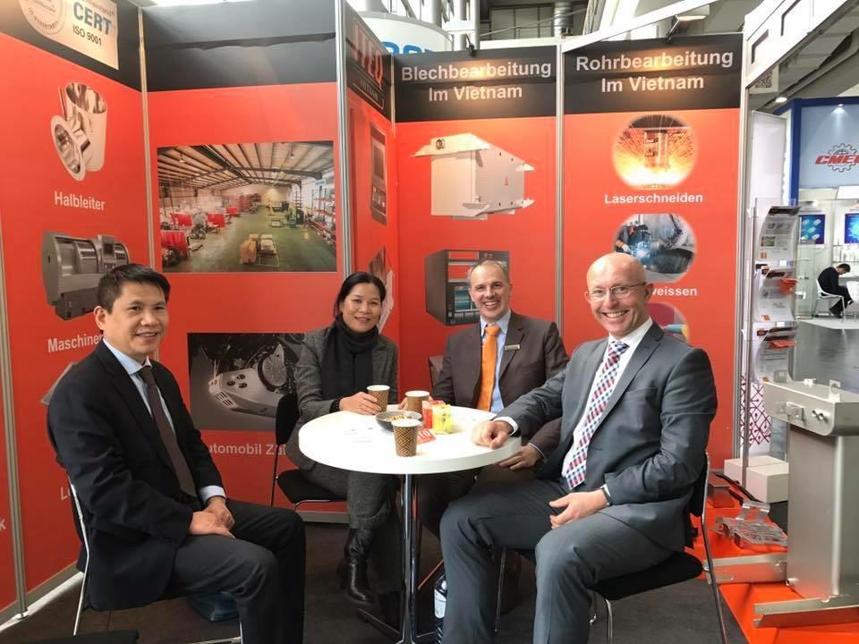 Đại sứ Việt Nam tại Hà Lan Ngô Thị Hòa thăm Triển lãm quốc tế về công nghệ  Hannover Messe 2017