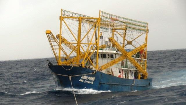 Lai dắt thành công tàu cá bị hỏng máy cùng 10 ngư dân về đảo Lý Sơn an toàn