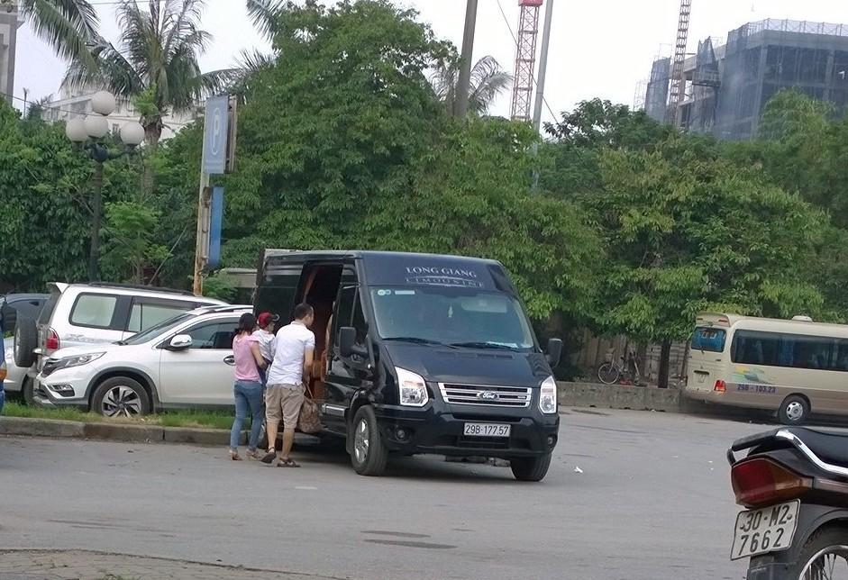 """Xe chạy """"dù"""" dạng VIP Limousine làm khó lực lượng chức năng"""