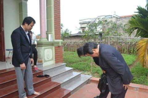 Đại sứ Nhật cúi đầu xin lỗi gia đình bé gái quê Hưng Yên