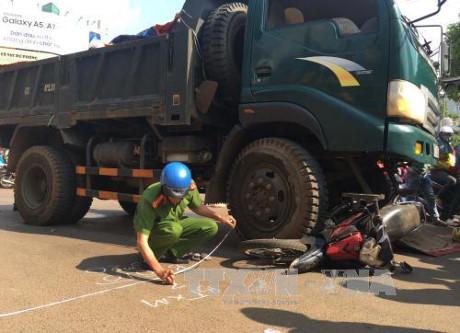 Long An: Va chạm với xe tải, hai vợ chồng tử vong