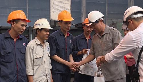 Hưng Yên thăm và tặng quà công nhân lao động tiêu biểu