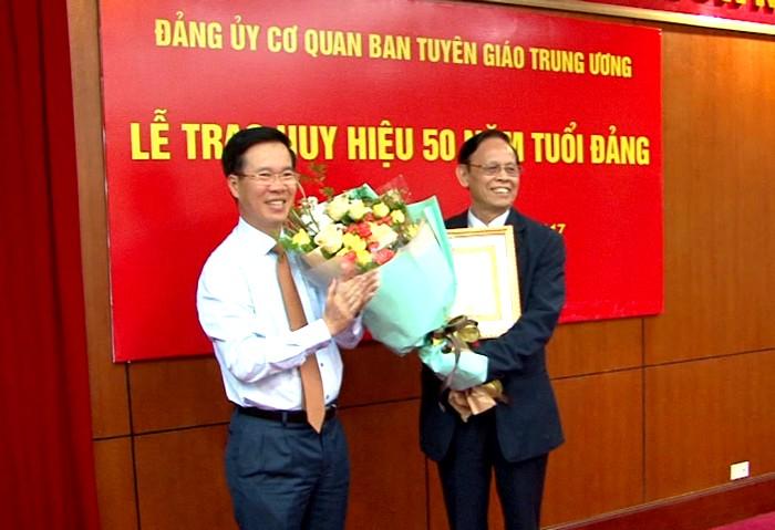 Trao tặng Huy hiệu 50 năm tuổi Đảng cho đồng chí Hồng Vinh