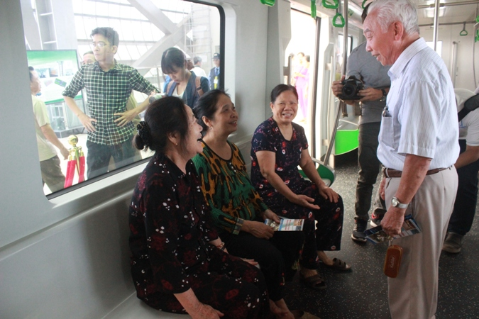 Hà Nội: Người dân tham quan nhà ga đầu tiên của tuyến đường sắt trên cao Cát Linh - Hà Đông
