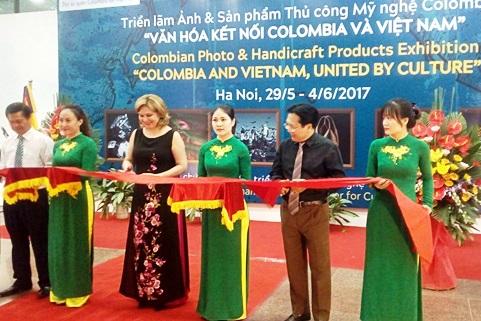 Triển lãm ảnh và sản phẩm thủ công mỹ nghệ Colombia tại Hà Nội