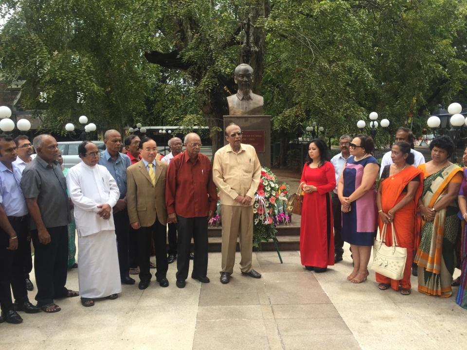 Dâng hoa nhân kỷ niệm 127 năm Ngày sinh Chủ tịch Hồ Chí Minh tại Sri Lanka