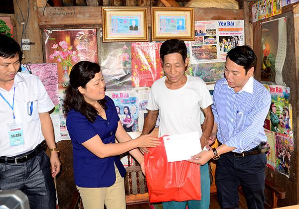 """Chương trình """"Tình ca Tây Bắc"""" trao quà cho già làng, trưởng bản tiểu biểu Lào Cai và Yên Bái"""