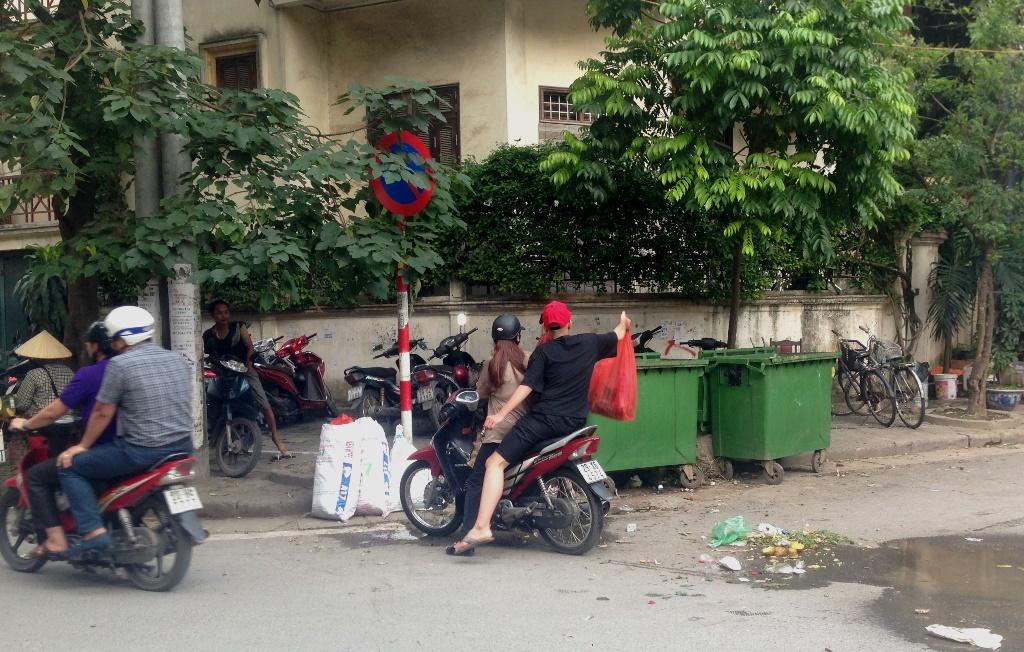 """Đã có chế tài, nhưng rác thải vẫn """"tung tăng"""" trên đường phố Hà Nội"""