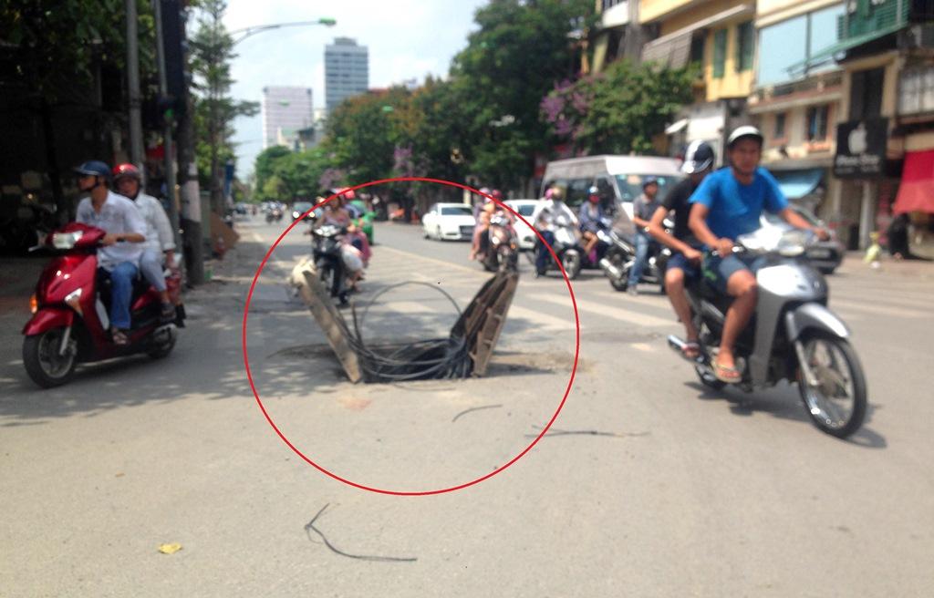 """Cần loại bỏ những """"cái bẫy"""" trên đường phố Hà Nội"""