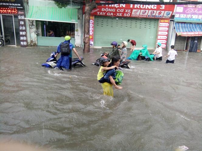 Nhiều tuyến đường tại TP.Hồ Chí Minh lại ngập nặng sau cơn mưa lớn