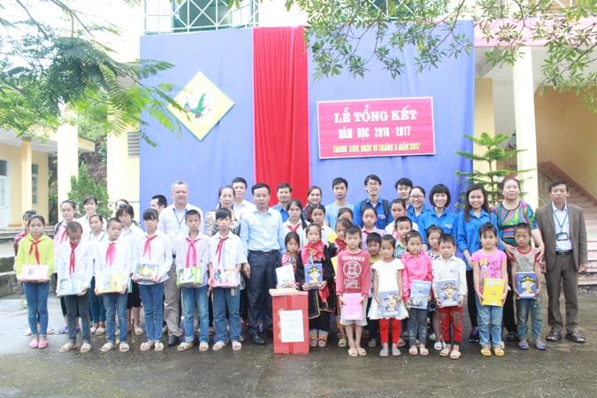 Đoàn Thanh niên Báo điện tử Đảng Cộng sản Việt Nam thăm và tặng quà gia đình khó khăn tại Quảng Ninh