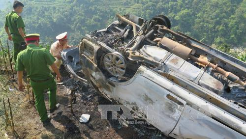 Lào Cai: Xe ô tô lao xuống vực bốc cháy