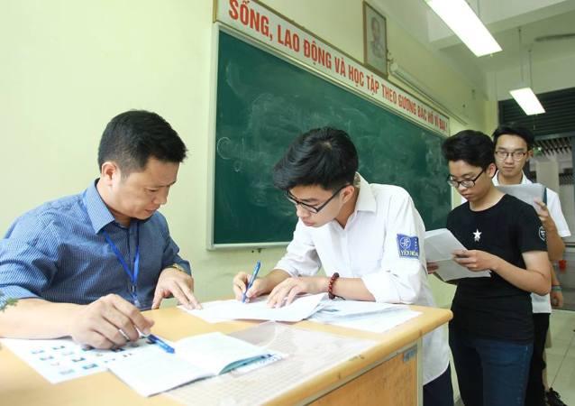Thí sinh cả nước làm thủ tục dự thi THPT quốc gia 2017