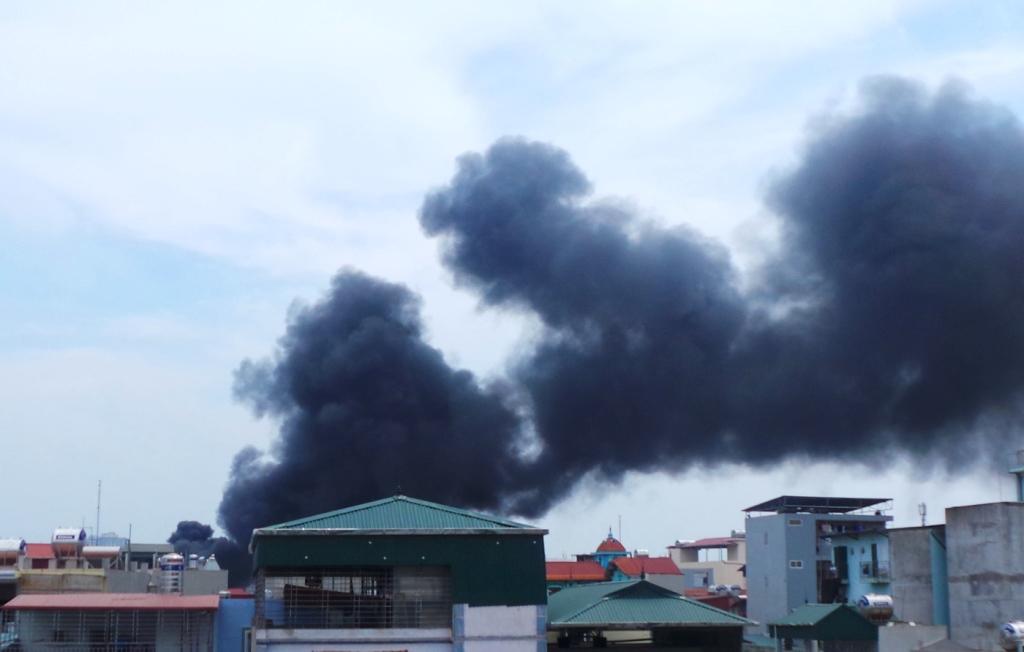 Cháy lớn tại một xưởng nhựa trong làng Triều Khúc