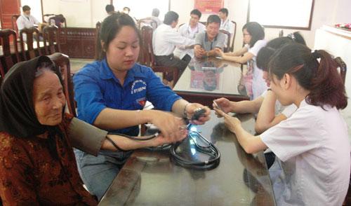 Gần 200 người có công ở xã Nguyên Hòa được tặng quà, khám bệnh, cấp thuốc miễn phí