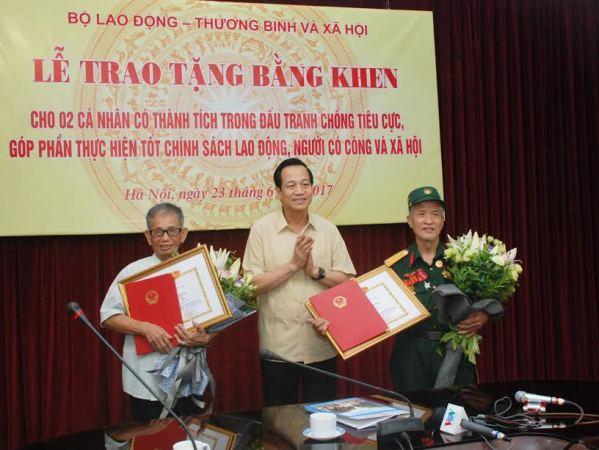 Khen thưởng 2 ông lão giúp phát hiện gần 3.000 hồ sơ thương binh giả