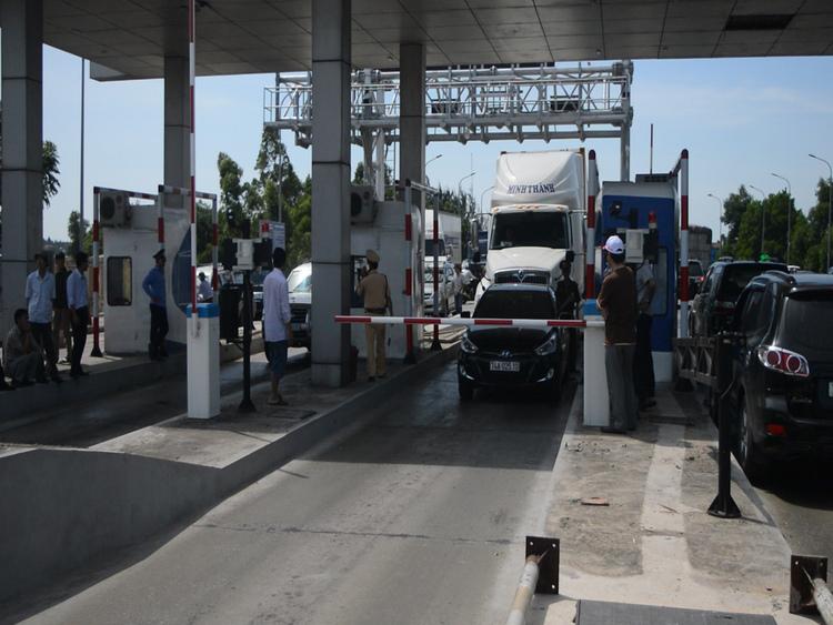Quảng Bình: Dân chặn xe phản đối khiến trạm thu phí tắc hàng tiếng đồng hồ
