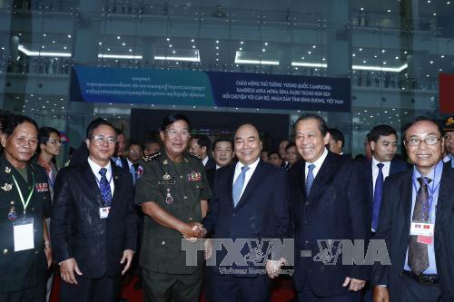 Thủ tướng Nguyễn Xuân Phúc và Thủ tướng Campuchia Hun Sen gặp mặt các tầng lớp nhân dân tỉnh Bình Dương