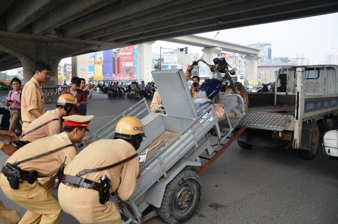 Hà Nội ra quân xử phạt xe ba, bốn bánh tự lắp ráp giả danh thương binh