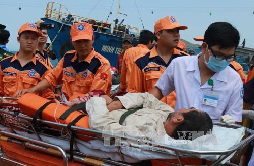 Kịp thời đưa ngư dân bị nạn trên biển vào bờ chữa trị
