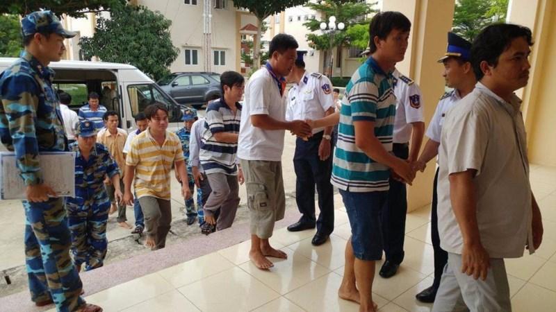 Đưa 12 ngư dân tàu cá Tiền Giang bị nạn trên biển về bờ an toàn