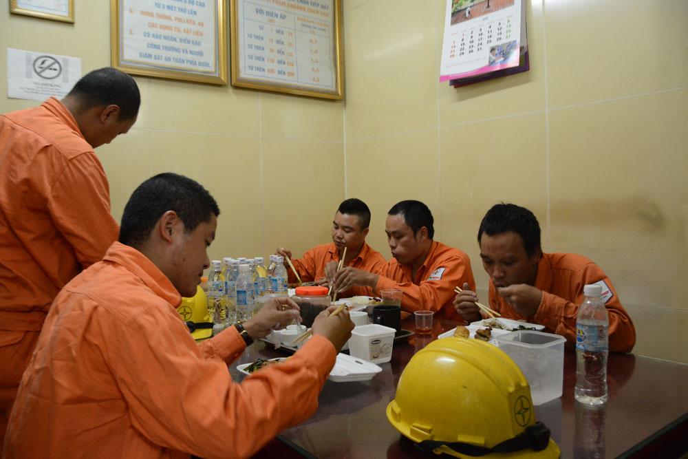 Trắng đêm cùng thợ điện Hà Nội trong cao điểm nắng nóng
