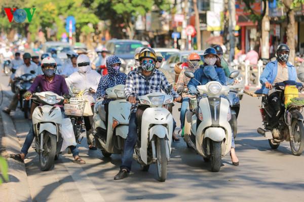 Miền Trung nắng nóng kéo dài trong hai ngày tới, Nam Bộ vẫn có mưa dông