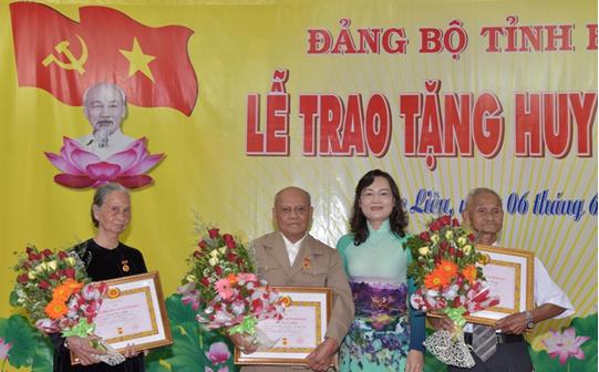 Trao Huy hiệu Đảng cho 55 đảng viên thuộc Đảng bộ tỉnh