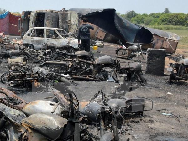 Số người tử vong tăng trong vụ cháy bồn chở dầu ở Pakistan