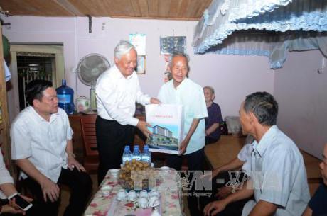 Phó Chủ tịch Quốc hội Uông Chu Lưu tặng quà người có công tại tỉnh Bắc Kạn