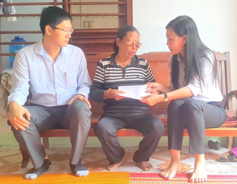 Thăm tặng quà gia đình có công với cách mạng tại Lý Sơn