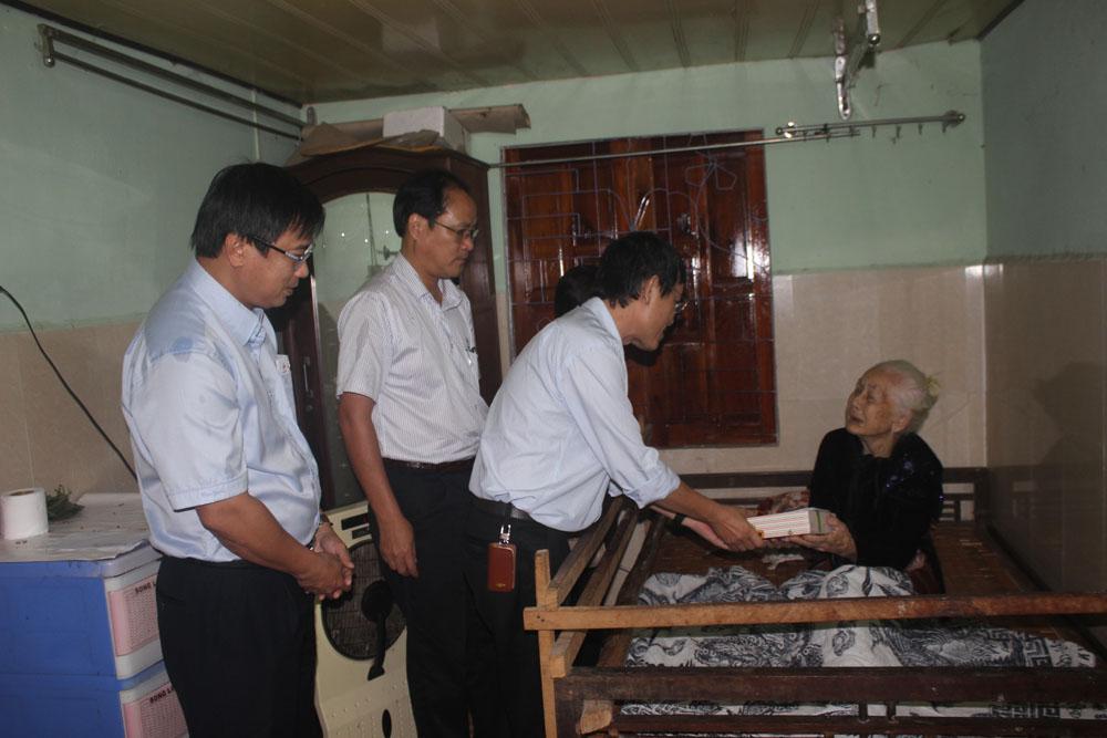 Công ty Truyền tải điện 2 thăm, tặng quà các Mẹ Việt Nam Anh hùng