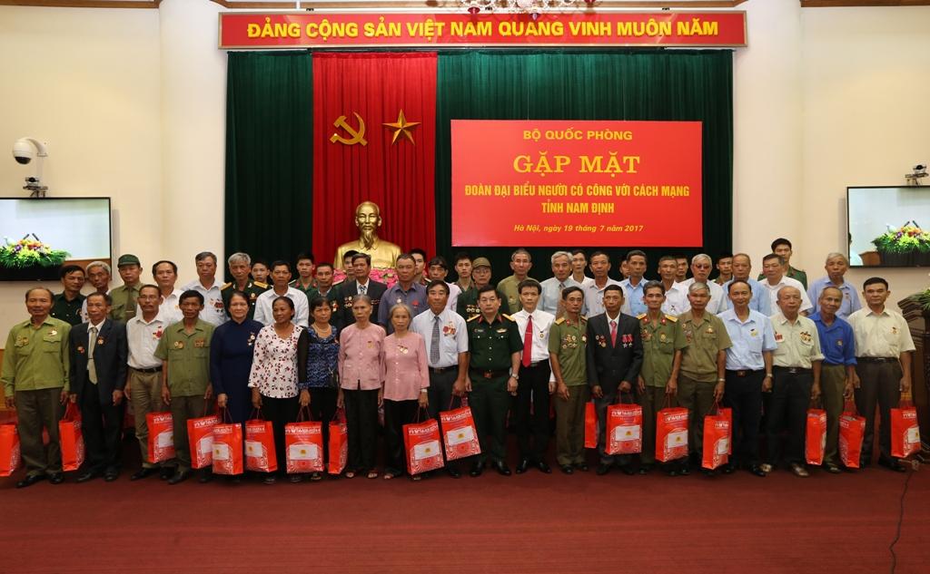 Bộ Quốc phòng gặp mặt Đoàn đại biểu người có công với cách mạng tỉnh Nam Định