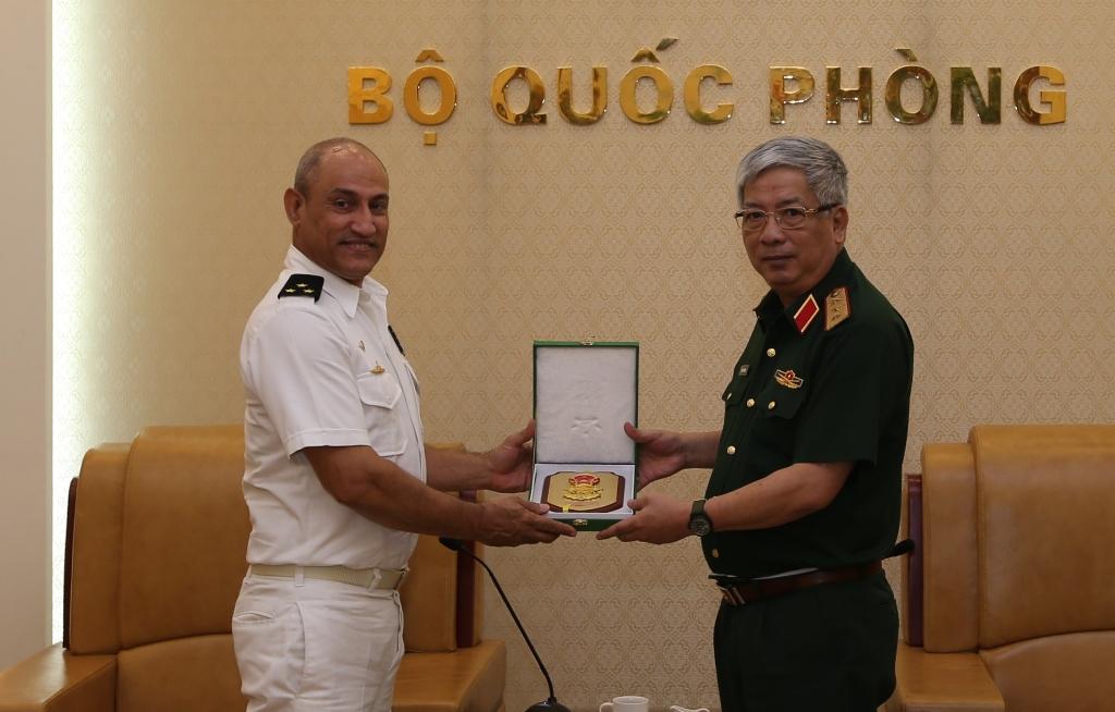Thượng tướng Nguyễn Chí Vịnh tiếp Tùy viên Quân sự Cu-ba