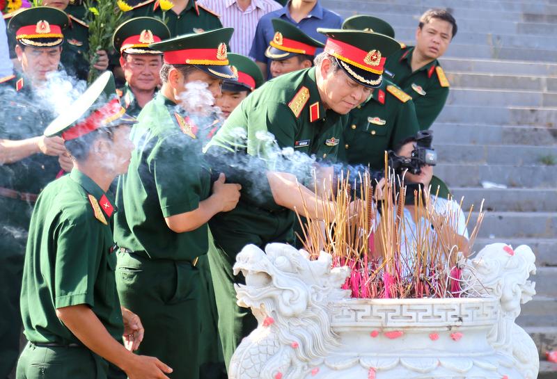 Đại tướng Ngô Xuân Lịch dâng hương tại Thành cổ Quảng Trị, Nghĩa trang liệt sĩ quốc gia Đường 9 và Trường Sơn